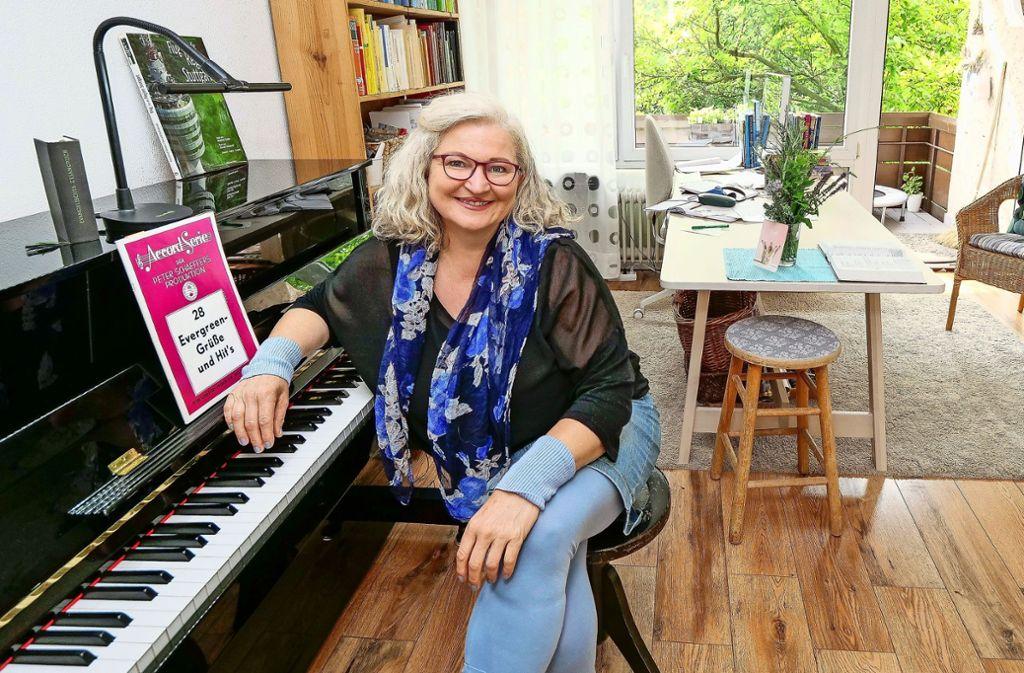 Katharina Schäfer macht an ihrem Klavier während des Konzerts für ihre Nachbarn eine kurze Pause für den Fotografen. Foto: factum/Simon Granville