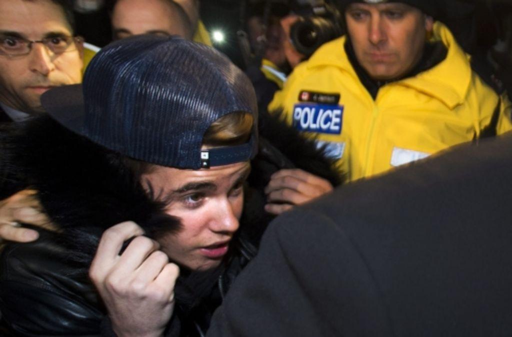 In Deckung: Justin Bieber auf dem Weg zur Vernehmung bei der Polizei in Toronto. Foto: AP