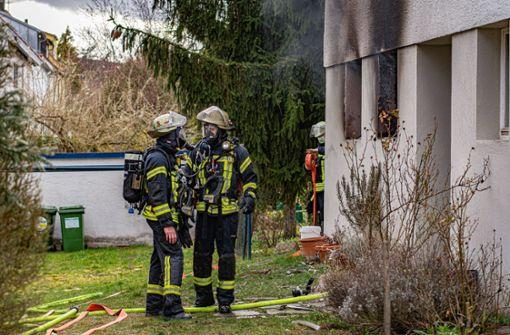 Flammen schlagen aus  Kellerfenstern  – Feuerwehr kämpft gegen Rauch an