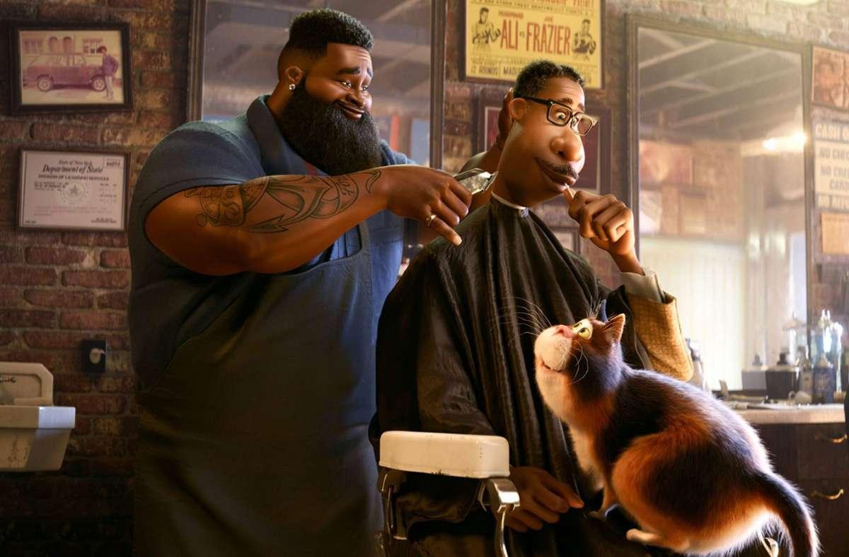 """Sein lebensweiser Friseur trägt dazu bei, dass der Musiker Joe Gardner (rechts) in """"Soul"""" Erdung findet – und ein dicke Katze. Foto: imago images/Prod.DB/Walt Disney Pictures/Pixar Animation"""