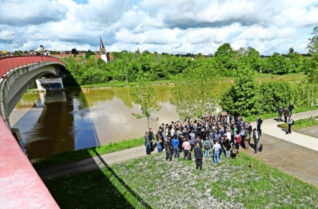 Die Abgeordneten und deren Tross lassen sich  die Hotspots der Zeugenbeobachtungen zeigen und gedenken der Opfer. Der Ausschussvorsitzende Wolfgang Drexler (SPD) richtet eine Schleife am Gedenkstein am Rand der Theresienwiese. Foto: dpa