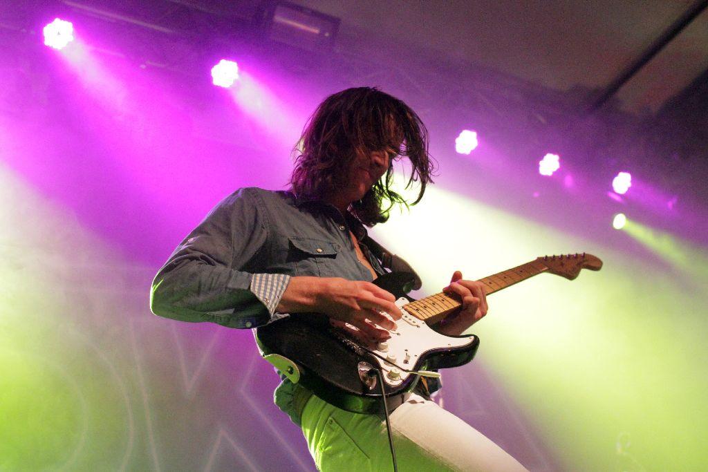 Philip Meloi an der Gitarre ist optisch der Star bei Okta Logue. Weitere Bilder vom Konzert im Cann in Stuttgart zeigt die Bilderstrecke. Foto: Jan Georg Plavec