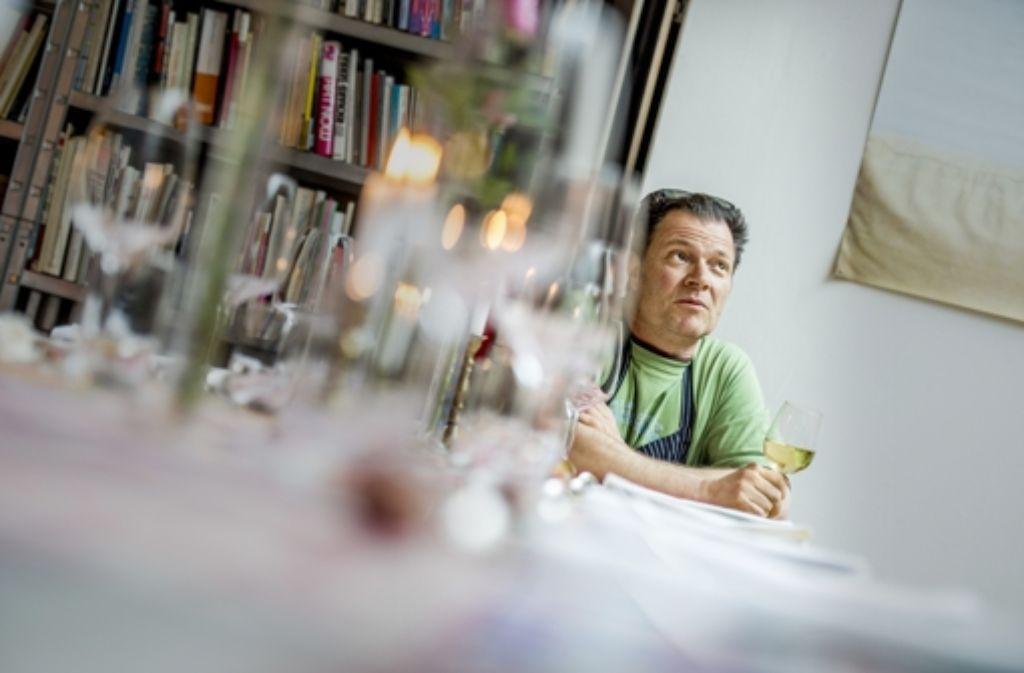 Künstler und Koch bei der Arbeit: Mario Ohno in seiner Einzimmertafel Foto: Stollberg
