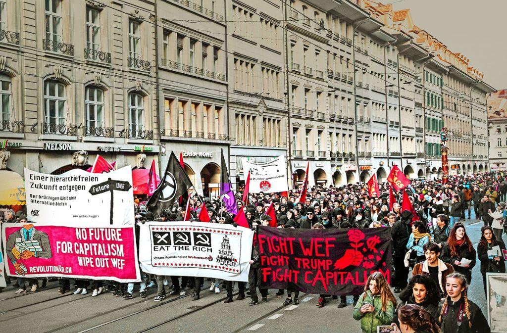 Im Vorfeld des internationalen Treffens demonstrierten Kapitalismus-Kritiker in Bern gegen Ausbeutung – und die Teilnahme Trumps am Weltwirtschaftsforum. Foto: AP