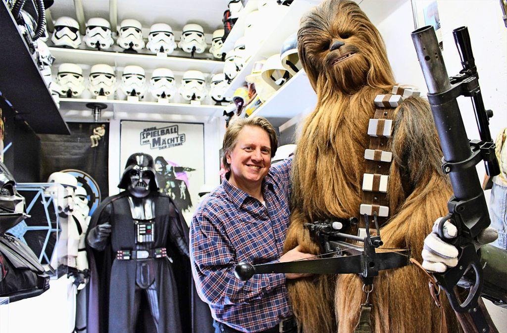 Bereits als Teenager hat Jörg Steegmüller Figuren hergestellt: Das Haar für die Chewbacca-Figur aus Star Wars hat er selbst geknüpft. Foto: Caroline Holowiecki