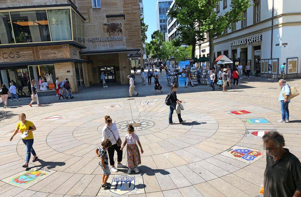 Symbol   für die Städtepartnerschaften: die Wappen der zehn Partner als Mosaik auf der Königstraße. Foto: Martin Haar