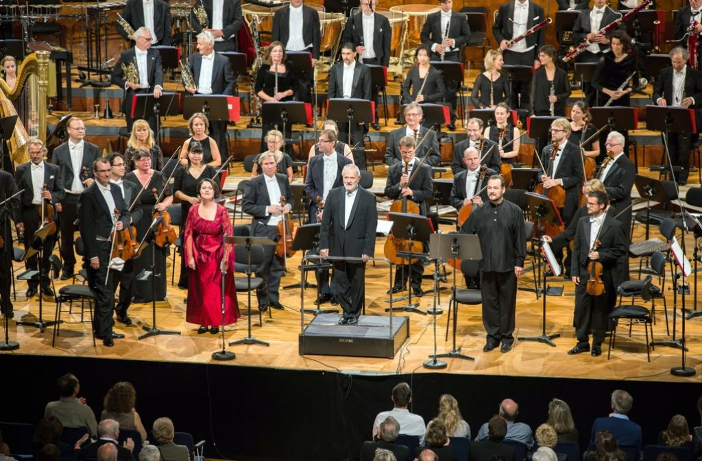 Das neue SWR Symphonieorchester mit Dirigent Peter Eötvös in der Stuttgarter  Liederhalle. Foto: dpa