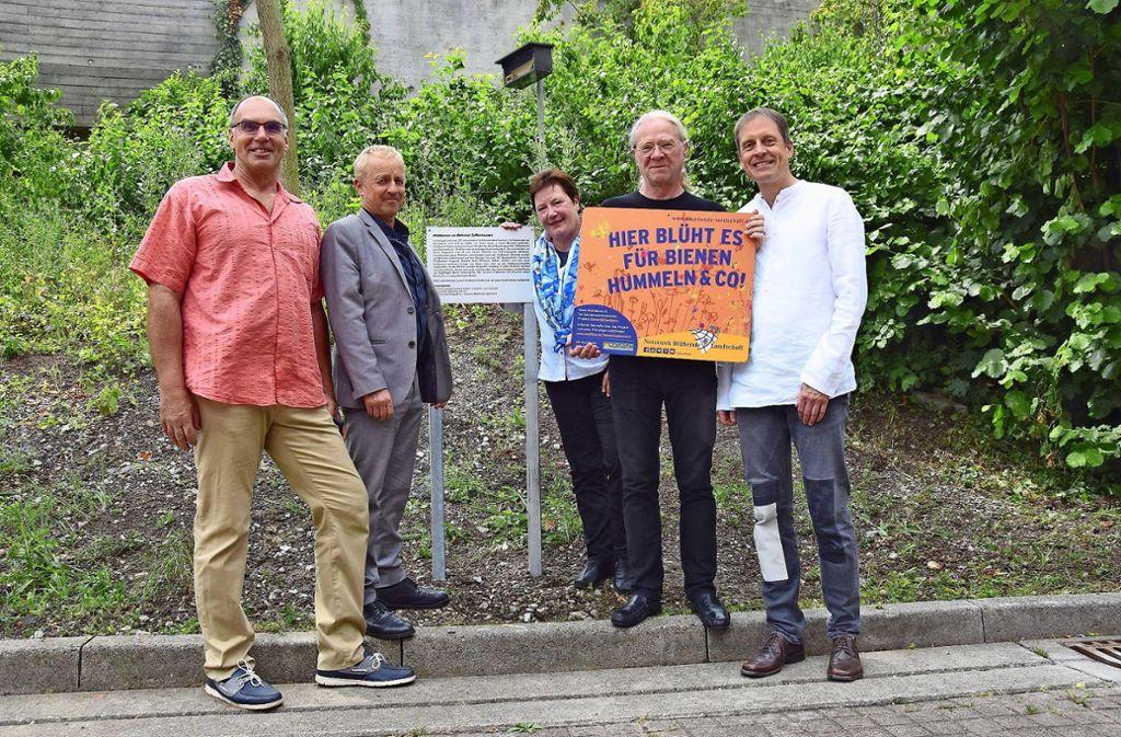 Bernd Wudick, Volker Schirner, Ute Dümcke, Andreas Elsner und  Ingo Lau (v.l.) bei der Einweihung der neuen Tafel. Foto: Mostbacher-Dix
