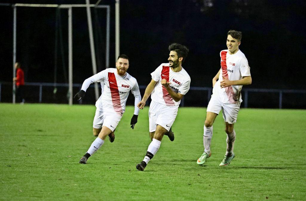 Burak Sönmez hat in der Landesliga wie hier mit Claudio Paterno (links) und Samuel Wehaus (rechts)  viel Grund zur Freude. Foto: Patricia Sigerist