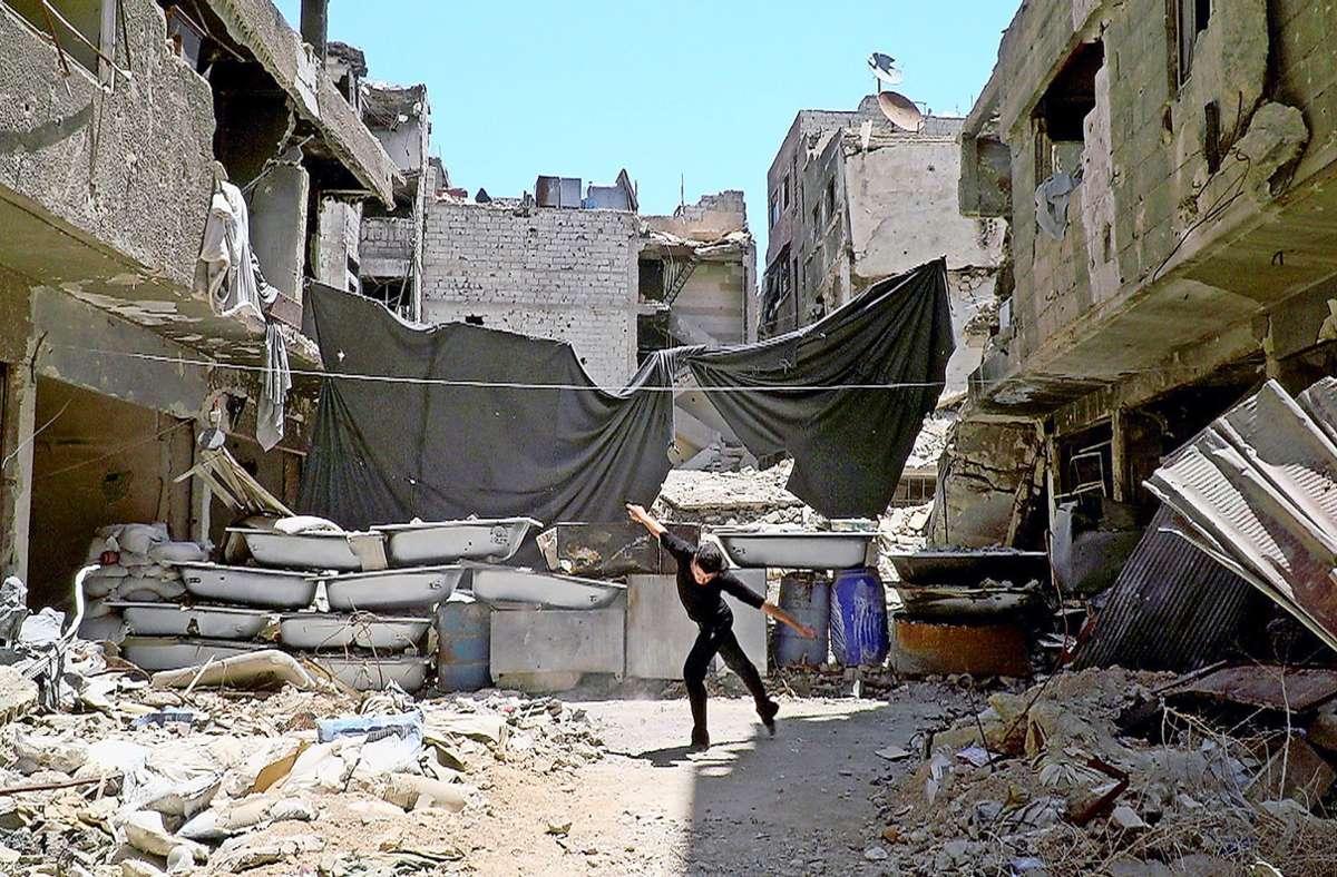 Ahmad Joudeh tanzt in den Ruinen von Damaskus; vom Haus, in dem er aufwuchs, ist nichts mehr übrig. Foto: Arte/Roozbeh Kaboly