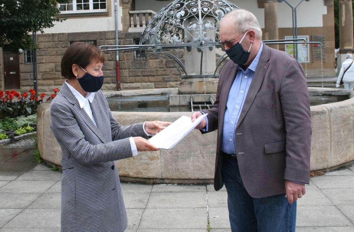 Jürgen Kaiser hat Bezirksvorsteherin Andrea Klöber  mehr als 100 Unterschriften übergeben. Die Anwohner wünschen sich dringend Hilfe von der Stadtverwaltung. Foto: Torsten Ströbele