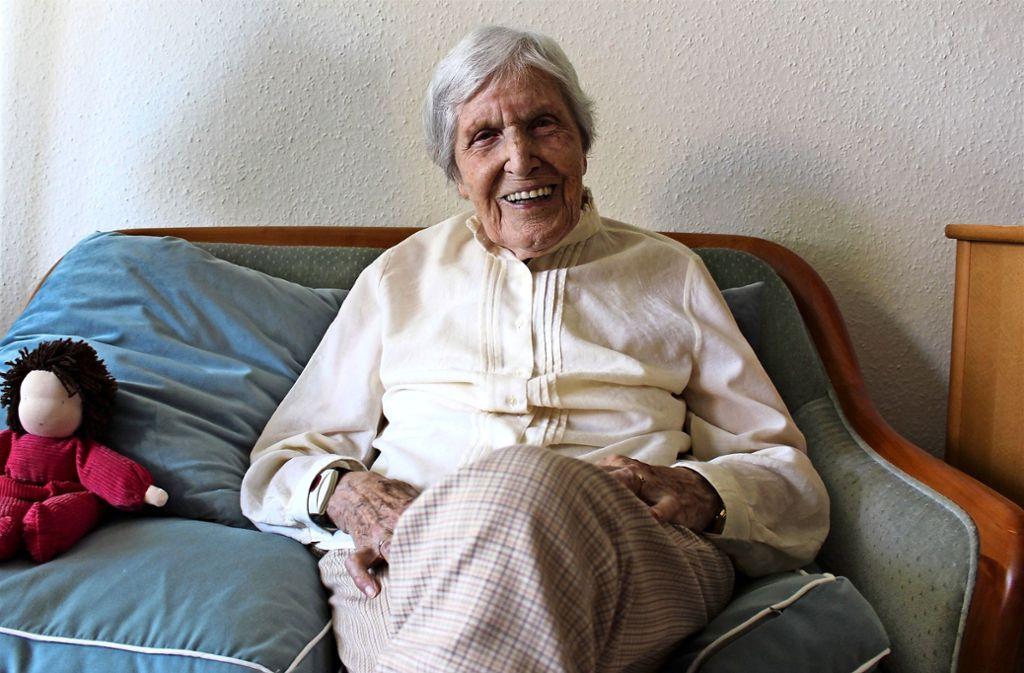 Charlotte Glück lebt im Nikolaus-Cusanus-Haus in Birkach. Mit den Erinnerungen geht es teils etwas durcheinander. Kein Wunder, es sind ja so viele. Foto: Caroline Holowiecki