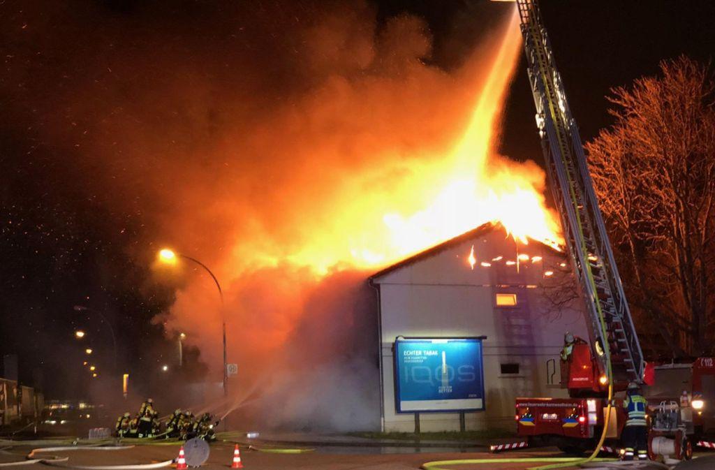 Die Feuerwehr bei den Löscharbeiten in Kornwestheim Foto: 7aktuell.de/Simon Adomat