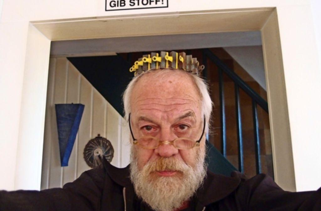 """Das Selbstporträt mit der Überschrift """"Gib Stoff!"""" bezieht sich auf ein Projekt von Jürgen Kierspels Studenten. Die Krone besteht aus Papierklammern. Foto: Jürgen Kierspel"""