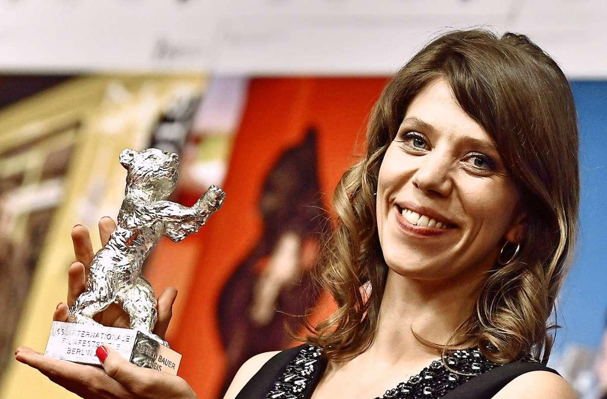 """Die Regisseurin Nora Fingscheidt (""""Systemsprenger""""), hier beim Abschluss der Berlinale 2019, dreht für Netflix den Thriller """"The Unforgivable"""" mit Sandra Bullock in der Hauptrolle. Unsere Bildergalerie zeigt, welche Stars Netflix ins Boot geholt hat. Foto: dpa/Jens Kalaene"""