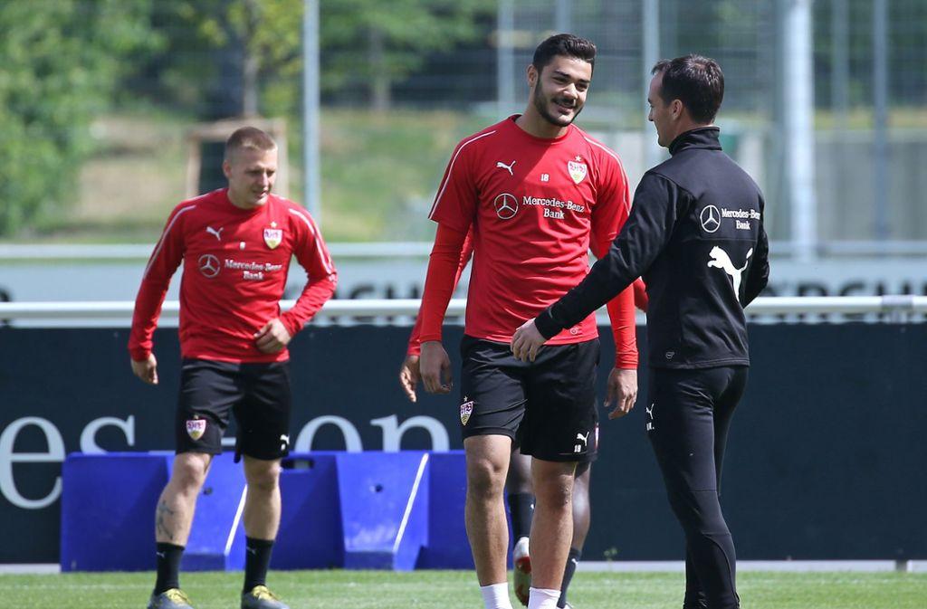 Einzelgespräch mit Ozan Kabak – Trainer Nico Willig bleibt seiner Linie treu. Foto: Pressefoto Baumann