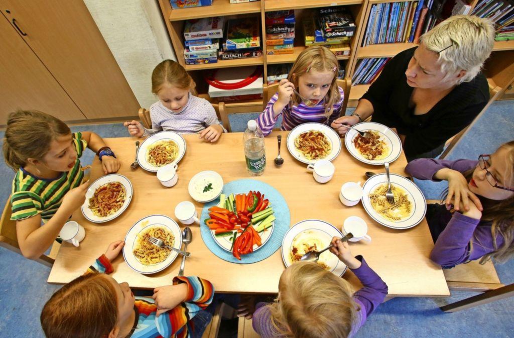 Mittagessen in einer Ganztagsschule: Noch sind viele Grundschulen weit davon entfernt. Foto: dpa