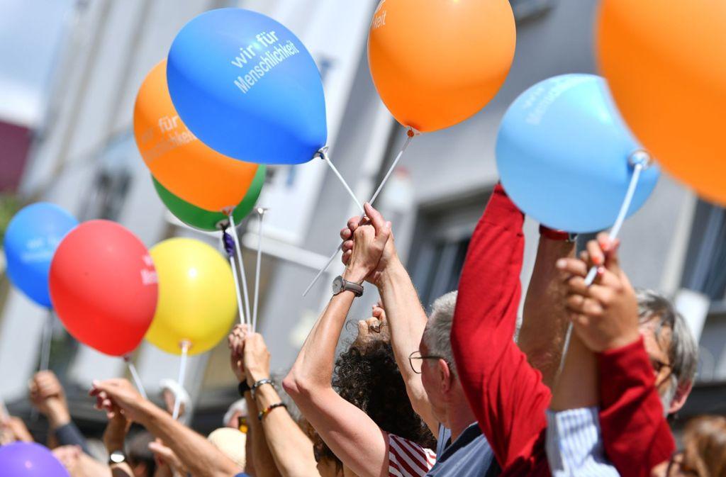 """Aufgerufen zur Menschenkette hat das Bündnis """"Wir für Menschlichkeit"""" aus zahlreichen Organisationen, darunter Gewerkschaften, Parteien, Kirchen und Kulturvereine Foto: dpa"""