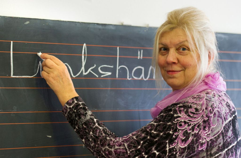 Die Leiterin der  deutschen Beratungs- und Informationsstelle für Linkshänder und umgeschulte Linkshänder, Johanna Barbara Sattler, schreibt  in München  mit Links das Wort Linkshänder auf eine Tafel. Foto:
