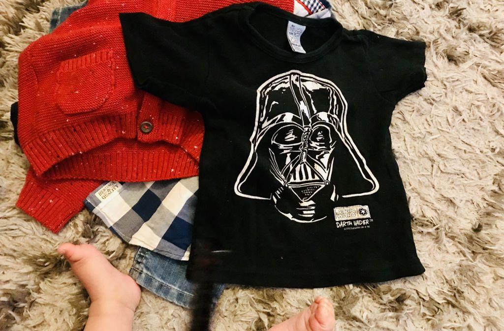 Ausbeute beim Babybasar: Jeans, Strickjacke, Karohemd und lässiges T-Shirt. Mist, Socken vergessen. Foto: Setzer