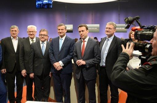 Die Spitzenkandidaten der Parteien (l-r): Bernd Riexinger (Die Linke), Winfried Kretschmann (Bündnis 90/Die Grünen), Guido Wolf (CDU), Hans-Ulrich Rülke (FDP), Nils Schmid (SPD) und Jörg Meuthen (AfD) stehen am in einem Fernsehstudio des Südwestrundfunks. Foto: dpa