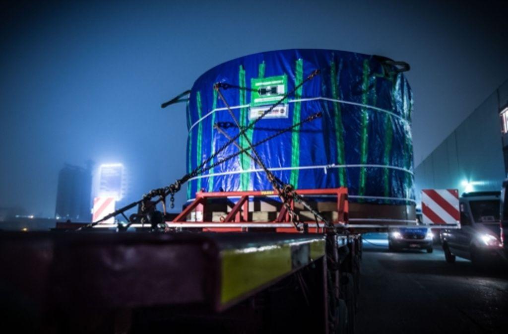 Verpackt wie Kunstwerk von Christo: die Bohrmaschine beim Transport. Weitere Bilder von der langen Nacht und dem Transport zur Fildertunnel-Baustelle zeigen wir in der folgenden Bilderstrecke. Foto: Zweygarth