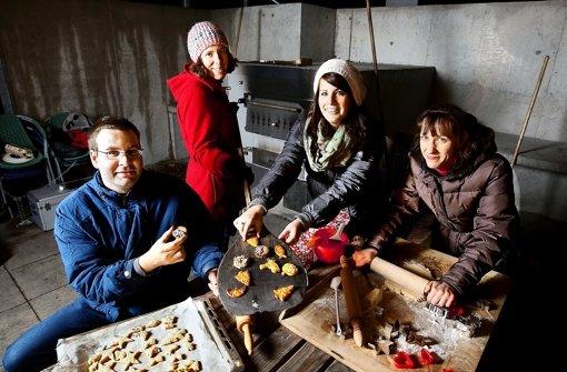 Die Filder-Zeitung wünscht frohe Weihnachten: Kai Müller, Annegret Jacobs, Stefanie Käfferlein und Alexandra Kratz (von links) im Backhäusle. Foto: Horst Rudel