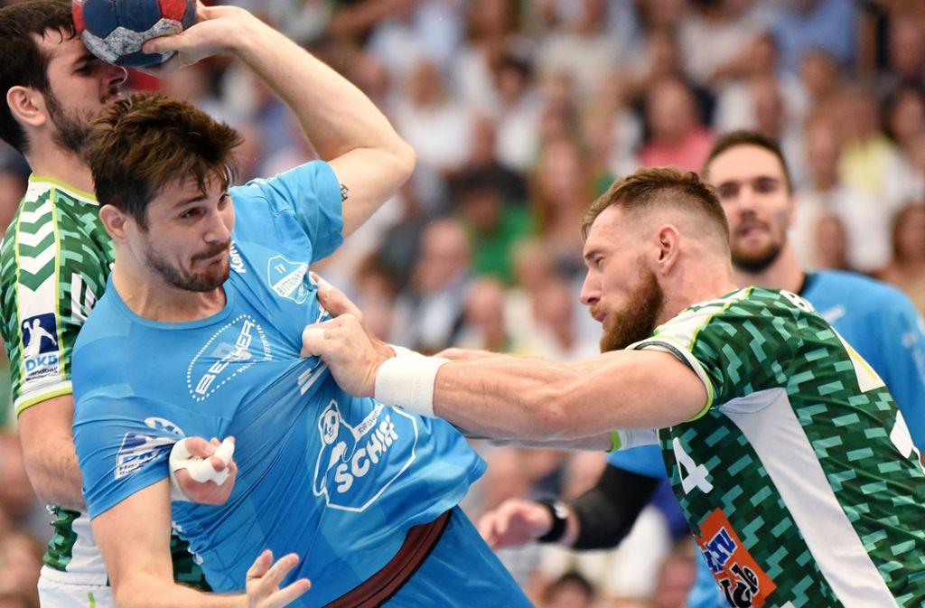 Die  württembergischen Handball-Derbys sind hart umkämpft: Hier versucht sich TVB-Linkshänder  Robert Markotic gegen die Frisch-Auf-Spieler Ivan Sliskovic (li.) und Jacob Bagersted durchzusetzen. Foto: Baumann