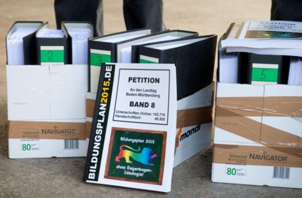 Die Aktenordner der Petition gegen die Aufwertung des Themas Homosexualität im Schulunterricht stehen am Donnerstag vor dem Landtag in Stuttgart. Foto: dpa