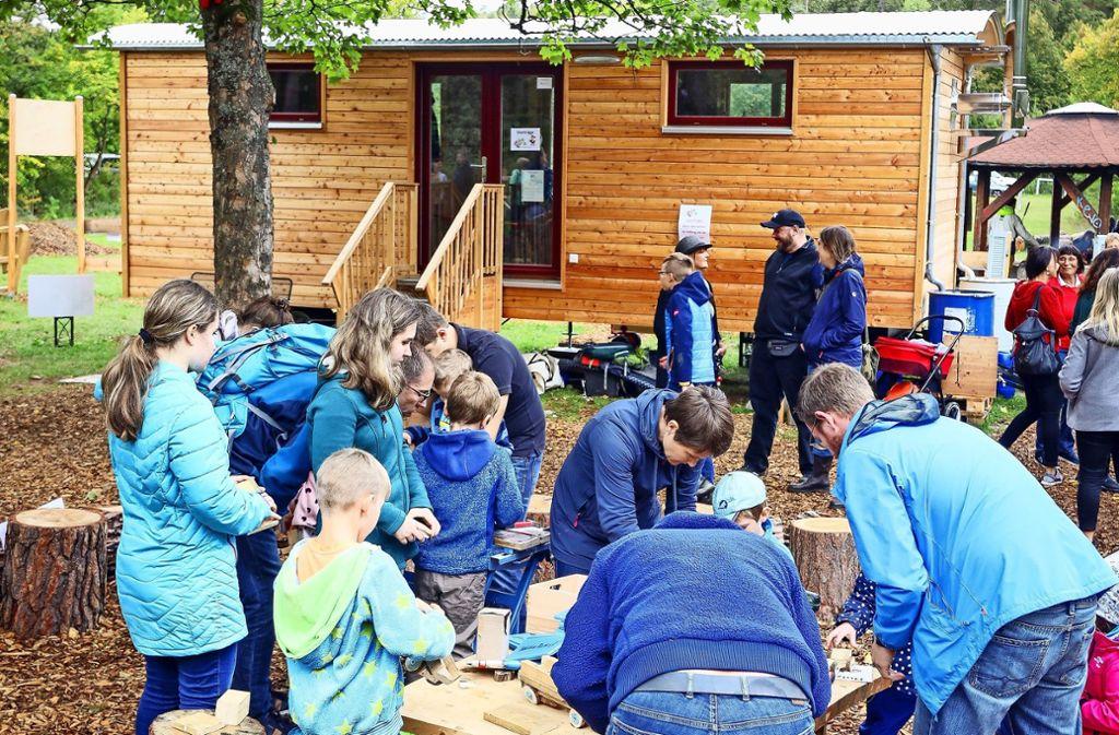 Großer Andrang herrscht bei der Eröffnung des Waldkindergartens. Foto: factum/Simon Granville