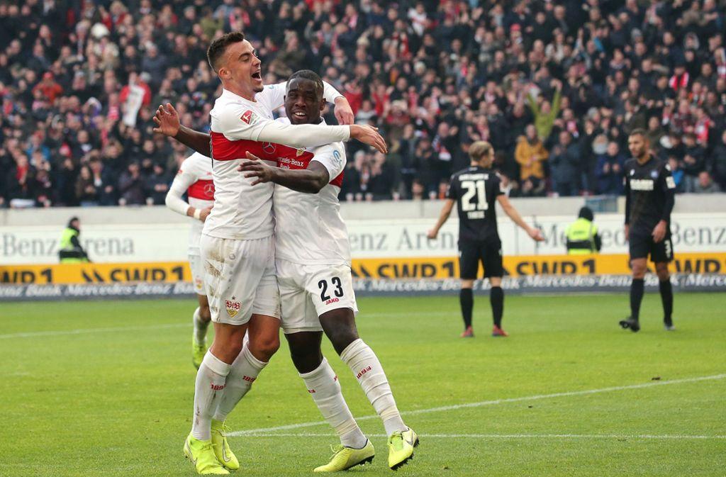 Der VfB Stuttgart (mit Philipp Förster, links,  und Orel Mangala) feiert den Derbysieg. Foto: Baumann