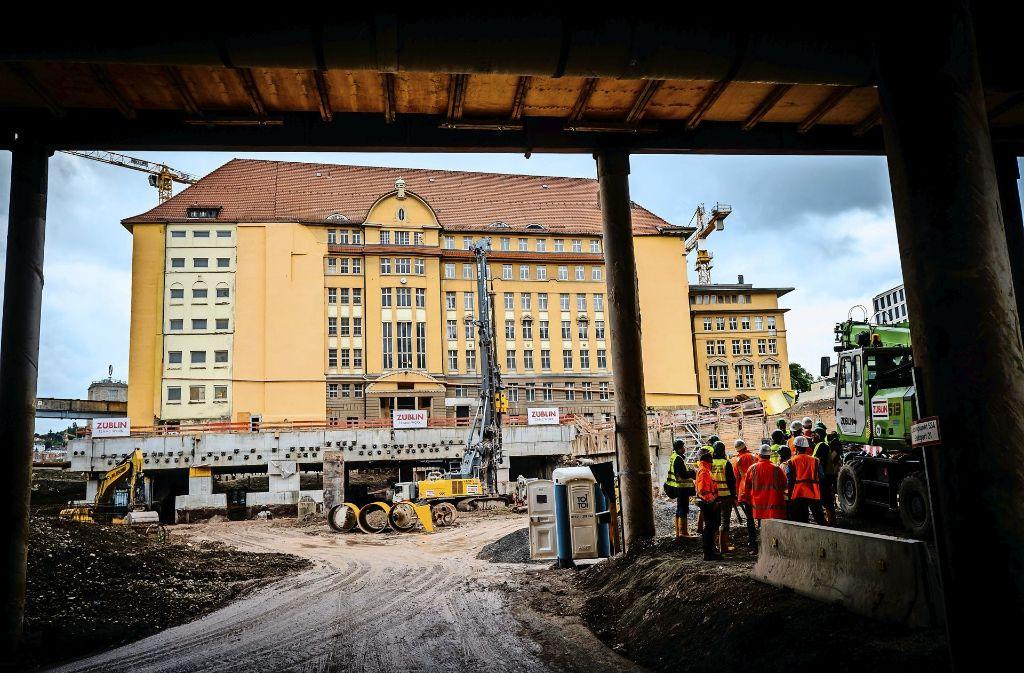Bahndirektion im Schwebezustand: Der Blick geht von der auf Stelzen stehenden Jägerstraße zur Rückseite des Baudenkmals. Foto: Lichtgut/Achim Zweygarth