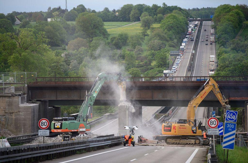 Eine Brücke musste abgerissen werden. Foto: dpa