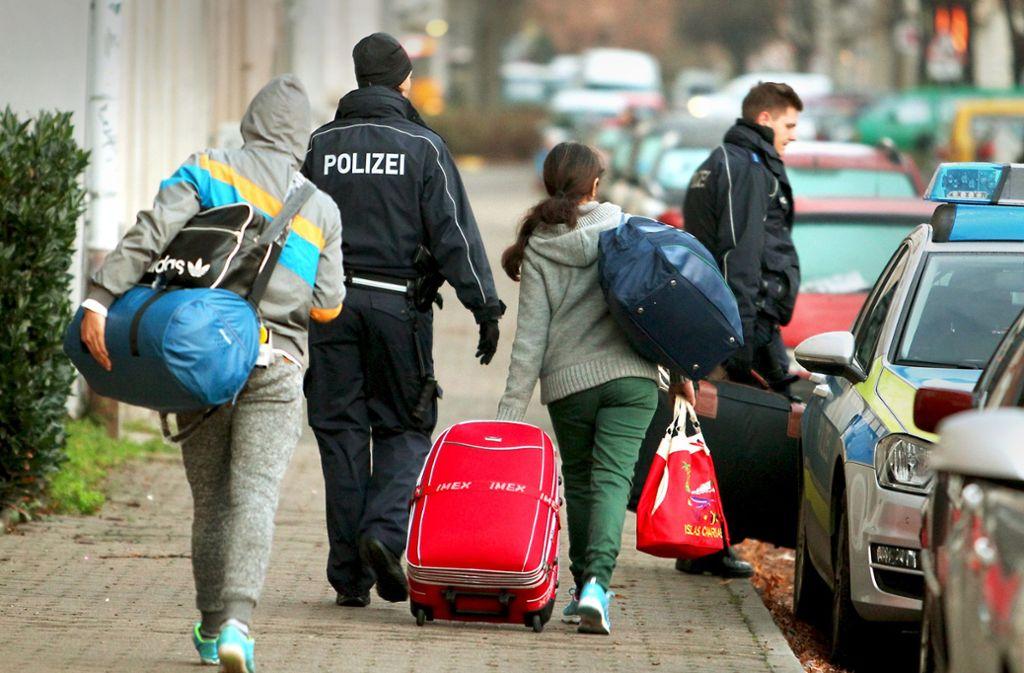 Abgelehnte Asylbewerber werden abgeholt, um zum Flughafen gebracht zu werden. Foto: dpa-Zentralbild