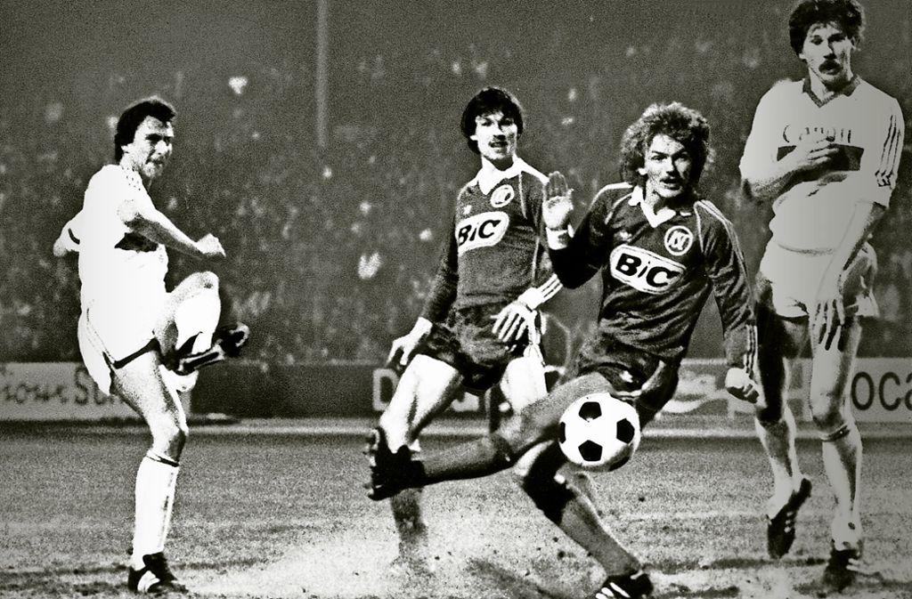 Mit links: Dieter Müller trifft gegen den Karlsruher SC nach Belieben. Foto: imago
