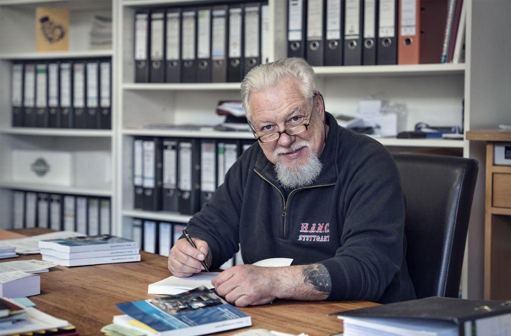Lutz Schelhorn bei der persönlichen Widmung des an Herrn Minister Strobel adressierten Belegexemplars des Sammelbandes.Foto:Privat/Mirko Frank Foto: