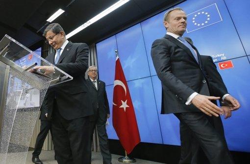 Der türkische Premierminister  Ahmet Davutoglu (links), der EU-Ratspräsident Donald Tusk (rechts) und der Kommissionspräsident Jean Claude Juncker (Mitte) konnten am Montagabend einen Durchbruch vermelden – wenn die ausgehandelten Maßnahmen angenommen werden. Foto: EPA