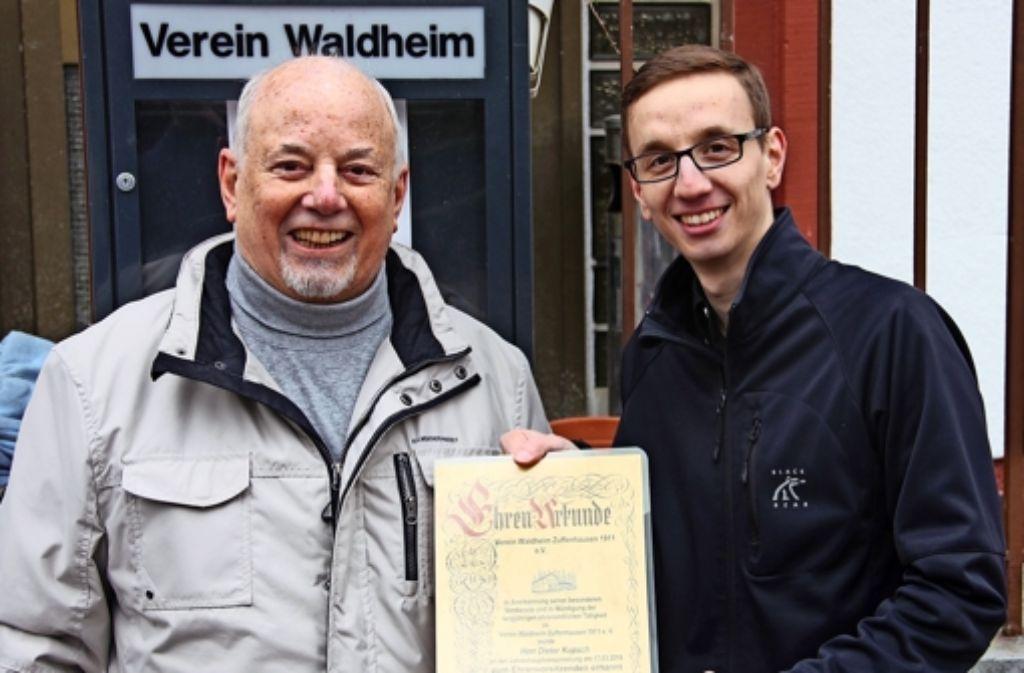 Dieter Kupsch (l.) ist von seinem Nachfolger Tobias Haubensak zum Ehrenvorsitzenden des Waldheimvereins ernannt worden. Foto: Torsten Ströbele
