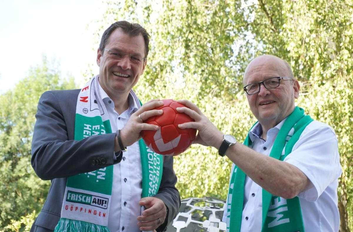 Ulrich Weiß (re.) gibt den Vorsitz des Aufsichtsrats bei Frisch Auf Göppingen in die Hand von Claus Mai, Weiß  wird Ehrenvorsitzender des Gremiums. Foto: FAG