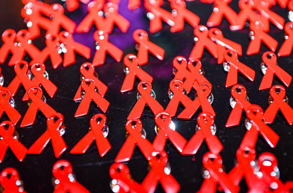 Aids-Schleifen als Anstecknadeln symbolisieren Solidarität mit HIV-Positiven. Foto: dpa-Zentralbild