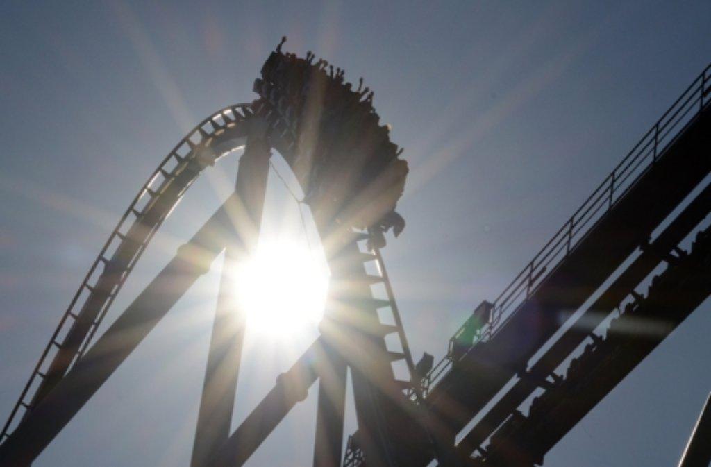 """Die Achterbahn """"Silverstar"""" im Europa-Park Rust. Der Park peilt wieder fünf Millionen Besucher an. (Archivfoto) Foto: dpa"""