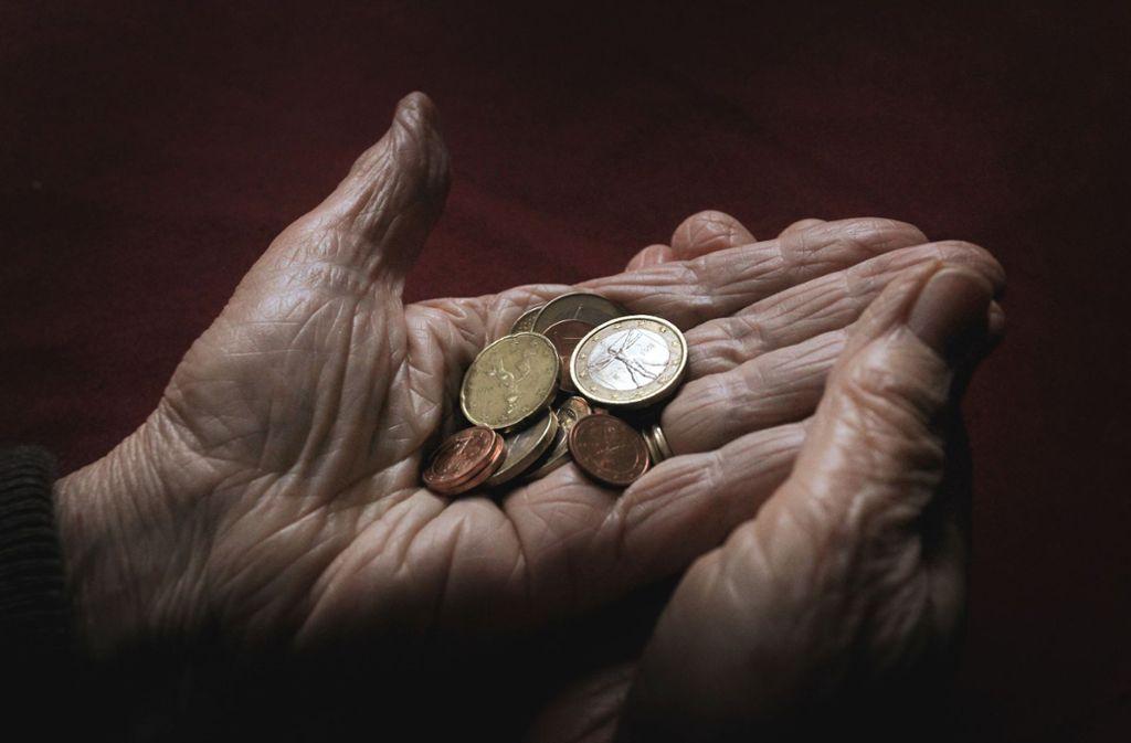 Knapp die Hälfte der Rentner in Deutschland bezieht eine Rente von weniger als 800 Euro. Foto: dpa
