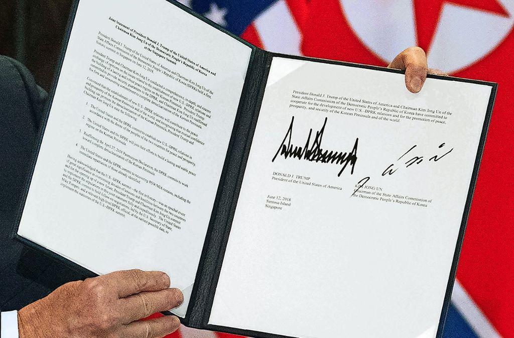"""""""Bekommt ihr auch schöne Fotos?"""", fragt ein aufgekratzter Trump die Reporter nach der Unterzeichnung der Vereinbarung von Singapur. Foto: AFP, Getty"""