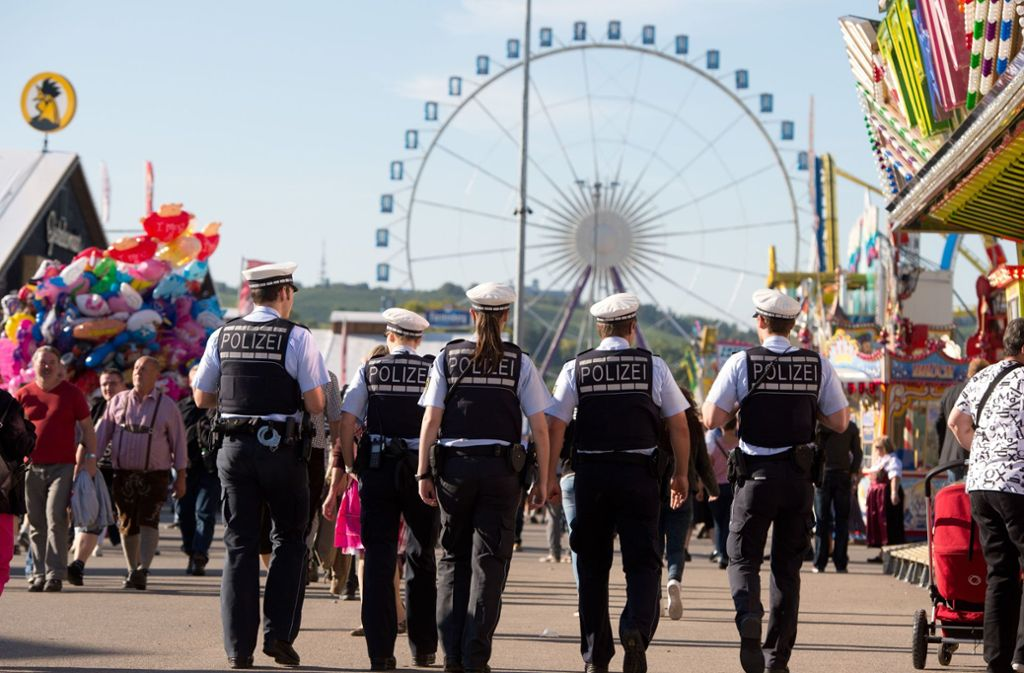 Die Polizei twittert vom Cannstatter Volksfest. (Symbolbild) Foto: picture alliance / dpa/Sebastian Kahnert