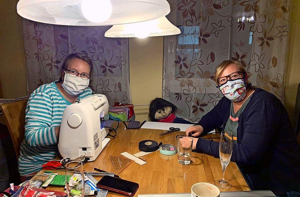 Auch Franziska Brückner (links) und Katrin Lamster  nähen. Foto: privat