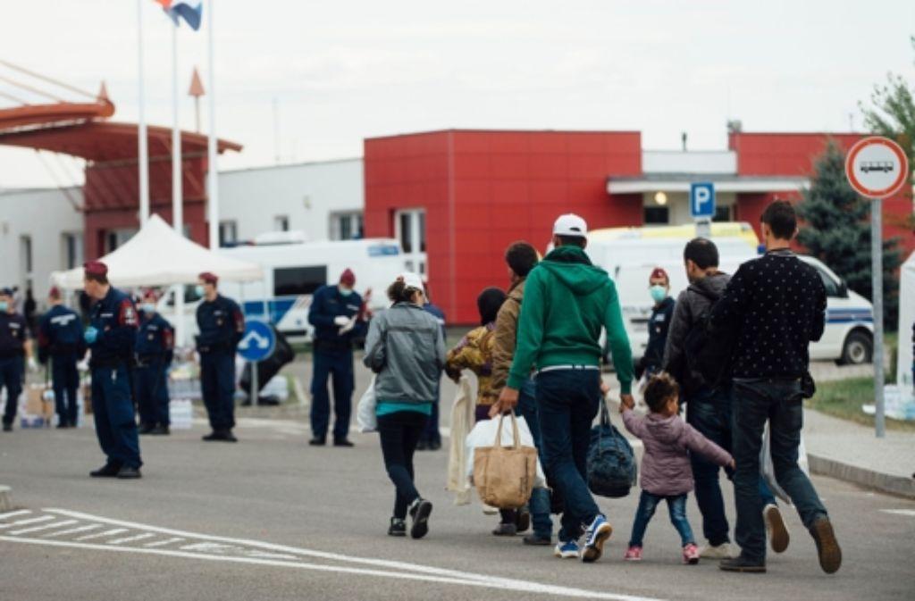 Flüchtlinge am Grenzübergang zwischen Kroatien und Ungarn. (Archiv) Foto: dpa