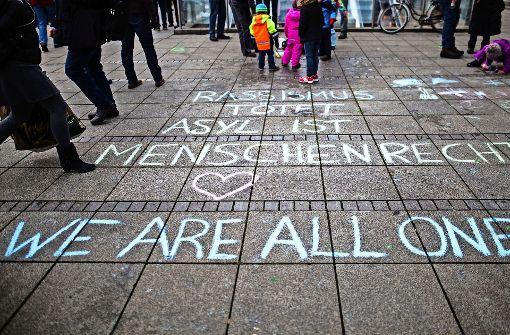 Die Ortsgruppe Filder von Attac will politische Botschaften auf den Dr.-Peter-Bümlein-Platz bei der S-Bahnstation Bernhausen malen - ähnlich wie die im Bild zu sehenden gezeichneten Nachrichten auf dem Stuttgarter Schlossplatz. Foto: dpa