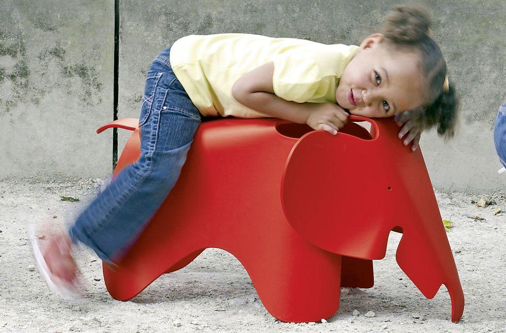 Der freundlich dreinschauende Elefant mit den markanten, großen Ohren geht auf einen Entwurf von Charles und Ray Eames zurück. Heute wird der Dickhäuter aus leichtem Kunststoff gefertigt, was ihn zum kindgerechten Spielzeug macht. Mit dem Vitra Elephant ist nicht nur Sitzen und Reiten, sondern jegliches Toben, auch im Garten, ausdrücklich erlaubt. Foto: Vitra