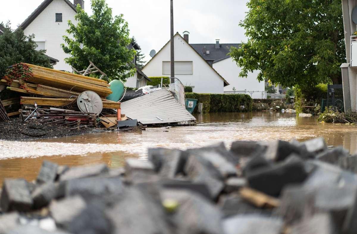 Nordrhein-Westfalen, Heimerzheim: Eine Straße im Ortskern wurde vor einer Woche überflutet. In unserer Galerie sehen Sie weitere Bilder der Unwetterkatastrophe. Foto: dpa/Jonas Güttler