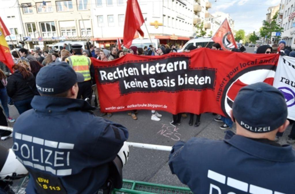 In Karlsruhe prallen Pegida-Anhänger  und Pegida-Gegner regelmäßig aufeinander. Foto: dpa